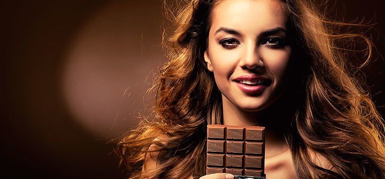 El chocolate tiene propiedades naturales que ayudan a intensificar el tono del pelo castaño claro