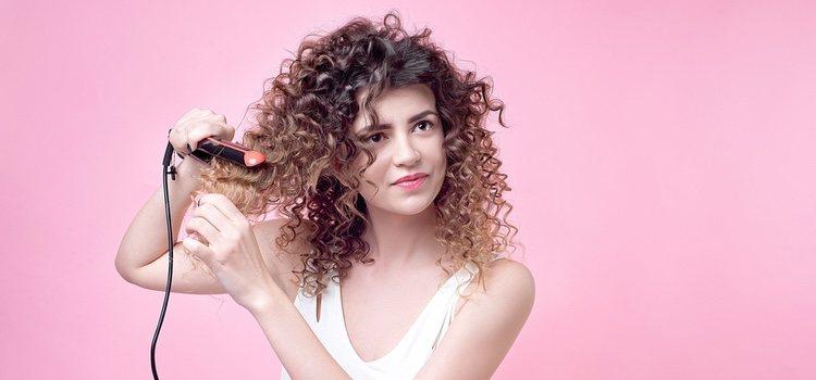Si tienes el pelo rizo, primero tendrás que alisártelo, lo cual implica el doble de tiempo