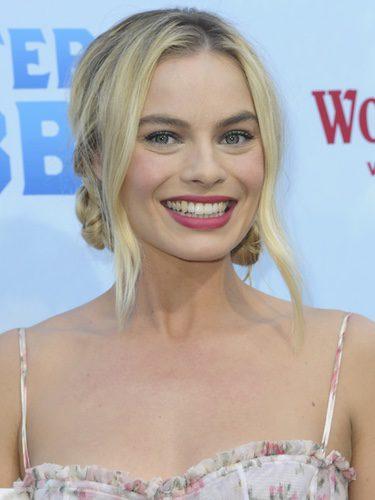 Margot Robbie con un maquillaje rosado