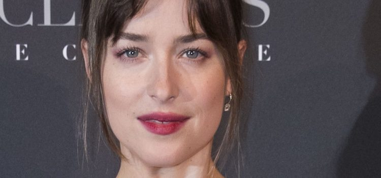 Dakota Johnson con un labial rojo desgastado