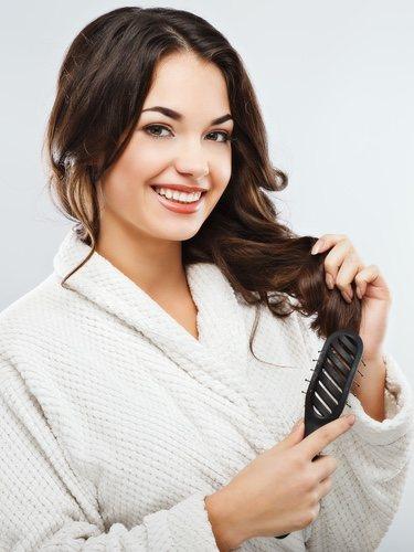 Para hacer un buen semirecogido es importante que no quede tirante el cabello sino todo lo contrario