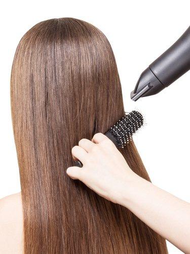El semirecogido efecto mojado es uno de los peinados románticos con más personalidad