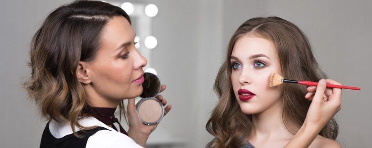 El maquillaje en la zona de los ojos hay que usr la técnica 'menos es más'