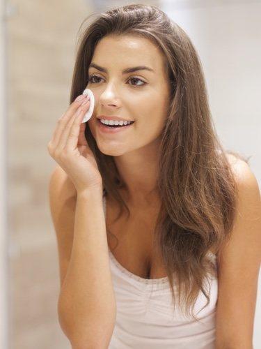 No podemos olvidarnos de desmaquillarnos para dejar hidratada nuestra piel y llevar un cuidado diario