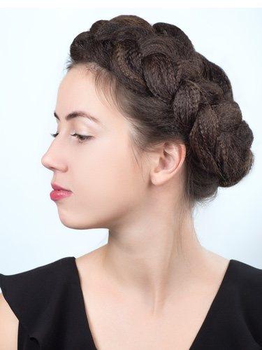 El peinado con la diadema de trenza parece sacado de la Antigua Grecia