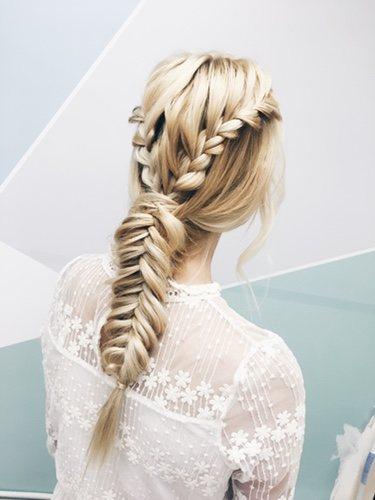El recogido con la trenza de espiga le da un toque más sofisticado y original a tu peinado