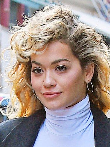 Rita Ora con el pelo rizado paseando por las calles de Nueva York