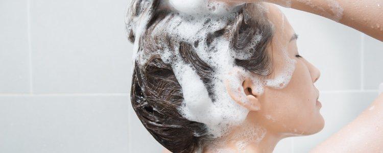 Hay que leer la parte de los ingredientes d elos champús por si contienen elementos abrasivos para nuestra piel