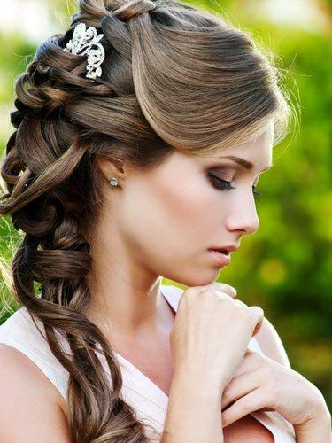 El semirecogido de lado le da un aire de lo más romántico al look y lo puedes combinar de varias maneras