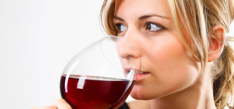 El vino tinta daña el esmalte de los dientes
