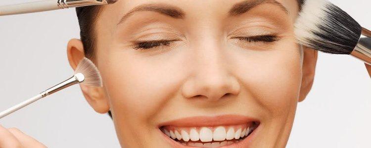 La zona de los pómulos es de las más importantes para resaltar los rasgos del rostro rectangular
