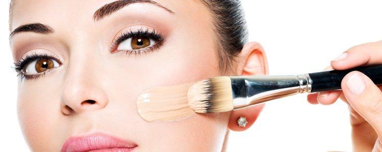 Es fundamental antes de maquillarnos aplicar una crema para hidratar el rostro