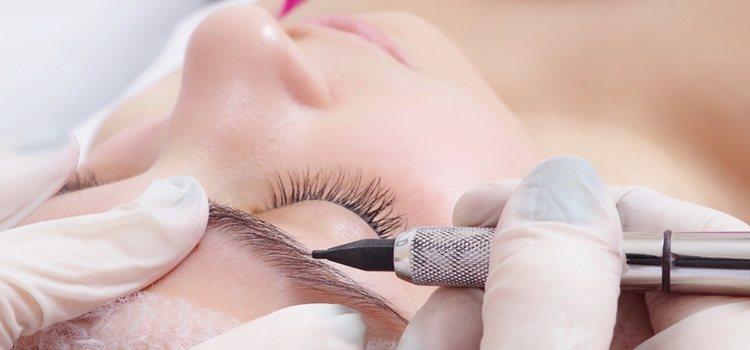Lo primero que debemos hacer es encontrar el tono adecuado para maquillar la ceja