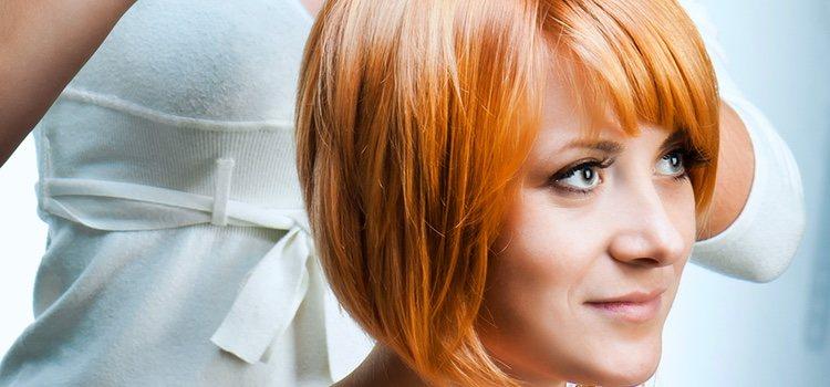 El cabello todo hacia atrás efecto mojado le dará un toque de glamour al look