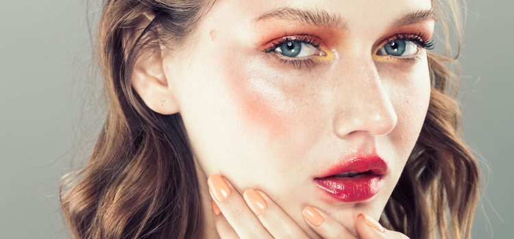 Un make up con sombras ahumadas en tonos cálidos son ideales para verano
