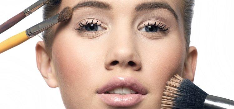Para fijar el maquillaje puedes usar polvos compactos