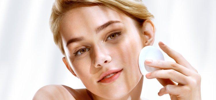 Hay que dejar bien limpia la piel antes de maquillar la mancha de nacimiento