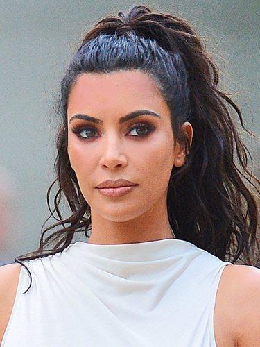 Kim Kardashian recoge el premio 'Influencer del año' con una coleta alta