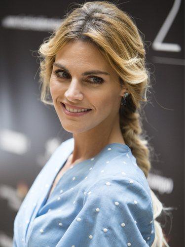 Amaia Salamanca posa con una elegante trenza en el Festival de Málaga