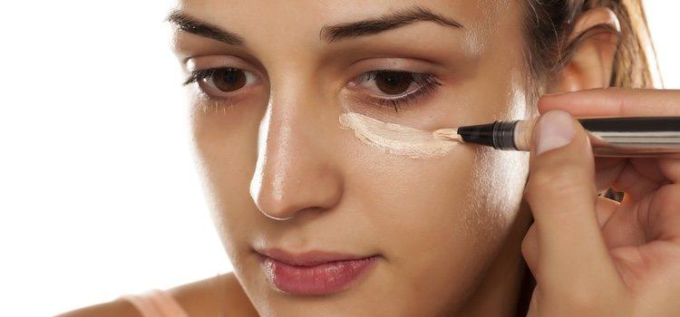 Hay que elegir unos tonos más claros que tu tono de piel para aplicar el corrector