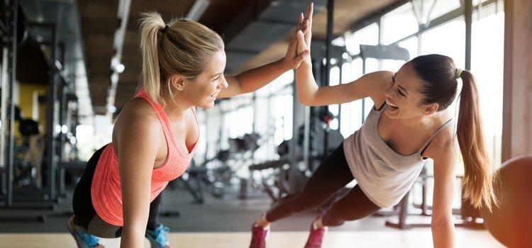 La plancha abdominal es uno de los ejercicios que más músculos trabaja