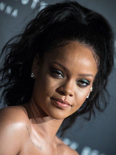 Rihanna luce una coleta alta en la presentación de Fenty Beauty de París