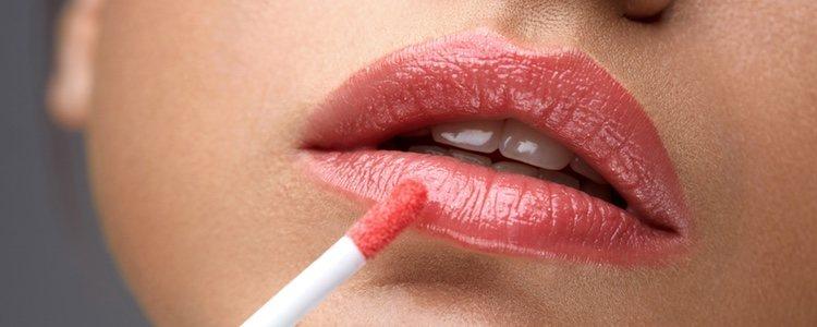 Antes de maquillar tus labios es recomendable exfoliarlos