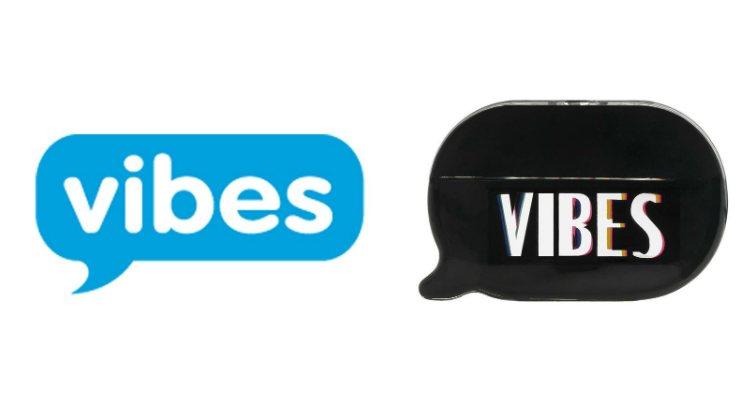 El logo de la empresa Vibes Media y el logo del perfume 'Kimoji Vibes'