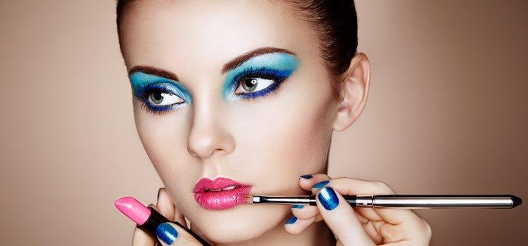 Los colores vivos ayudan a que un maquillaje se vea cargado