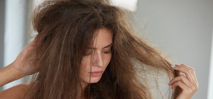 Para evitar el cabello seco es funamental no secarlo con el secado sino al aire libre