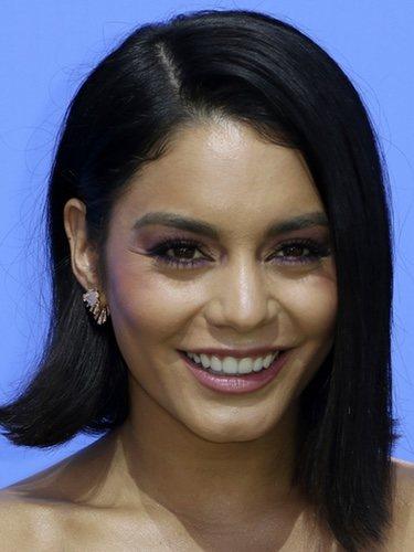 Vanessa Hudgens con una melena midi y un maquillaje en tonos rosados