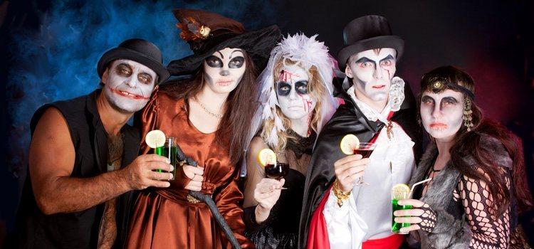 Durante la noche de Halloween se pueden ver multitud de personas disfrazadas de distintos personajes terroríficos