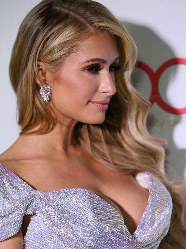 Paris Hilton luce unas ondas en los Hollywood Beauty Awards