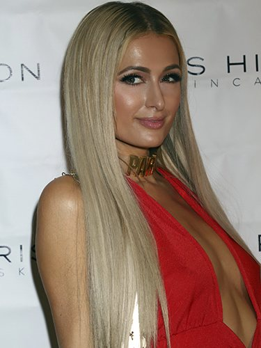 Paris Hilton luce una maximelena
