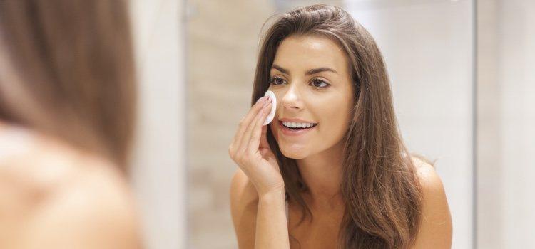 Antes de comenzar a aplicar el maquillaje será necesario limpiar nuestra piel y prepararla