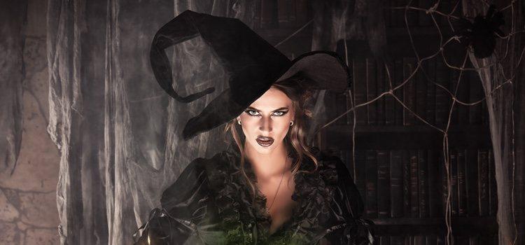 El maquillaje en los ojos y el color de labios serán puntos clave del look de bruja
