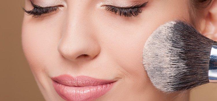Aplicar el menos maquillaje posible en la zona para evitar irritar la zona