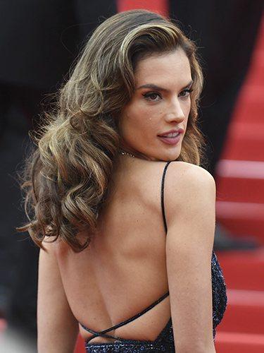 Alessandra Ambrosio luce ondas en el Festival de Cannes