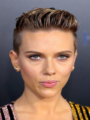 Scarlett Johansson luce un tupé
