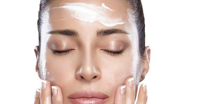 La crema hidratante facilitará la fijación del maquillaje sobre la cara