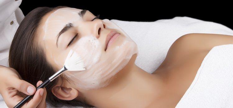 Las limpiezas faciales son imprescindibles para quitar suciedad ambiental y restos de maquillaje
