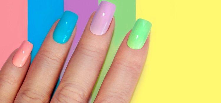 Para hacer tus propias uñas de porcelana necesitas ciertos productos que puedes encontrar en tiendas de cosmética