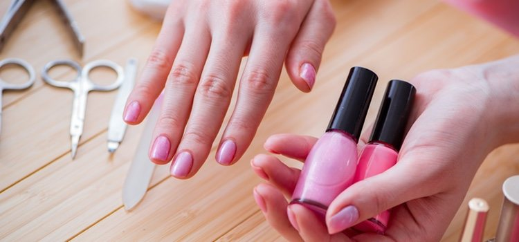 Una vez tengas todo lo primero que tienes que hacer es desinfectar y limar las uñas