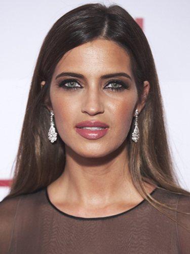 La mirada de Sara Carbonero destaca más cuando lleva el pelo liso y retirado de la cara