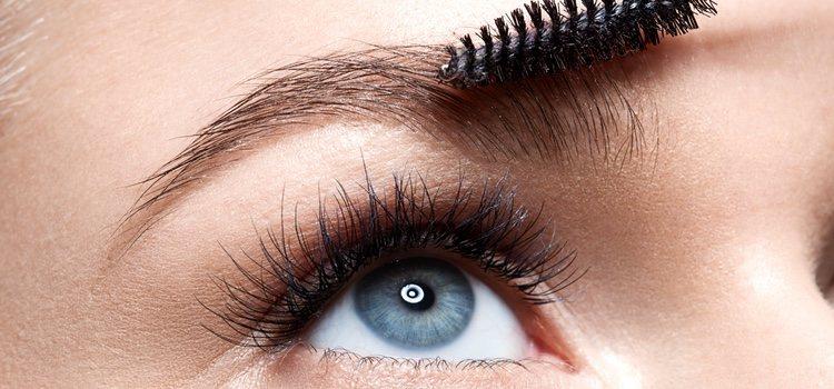 Debes optar por un producto de cejas un tono más claro que tu color de cabello