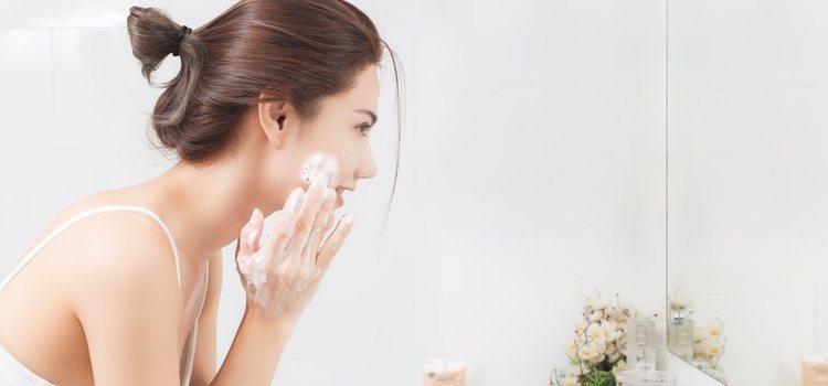 El rostro debe exfoliarse y limpiar de forma regular