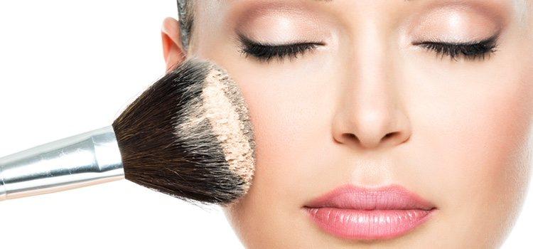 Otro de los motivos por los que se cuartea tu maquillaje es usar mucha cantidad del mismo