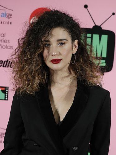 María Pedraza luce una melena rizada con raya lateral