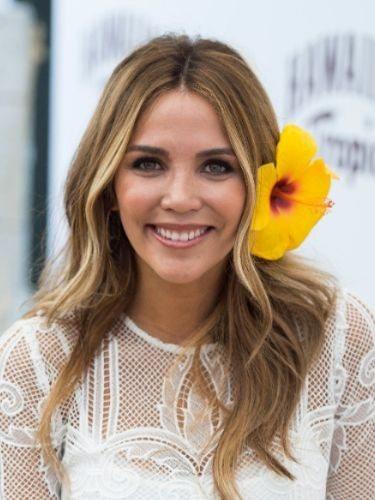 Rosanna Zanetti luce una melena ondulada adornada con una flor