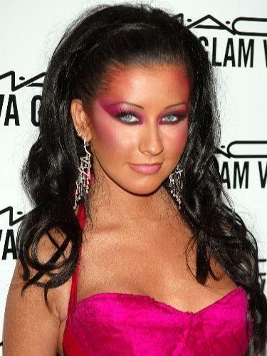 Christina Aguilera luce un look con exceso de sombra rosa